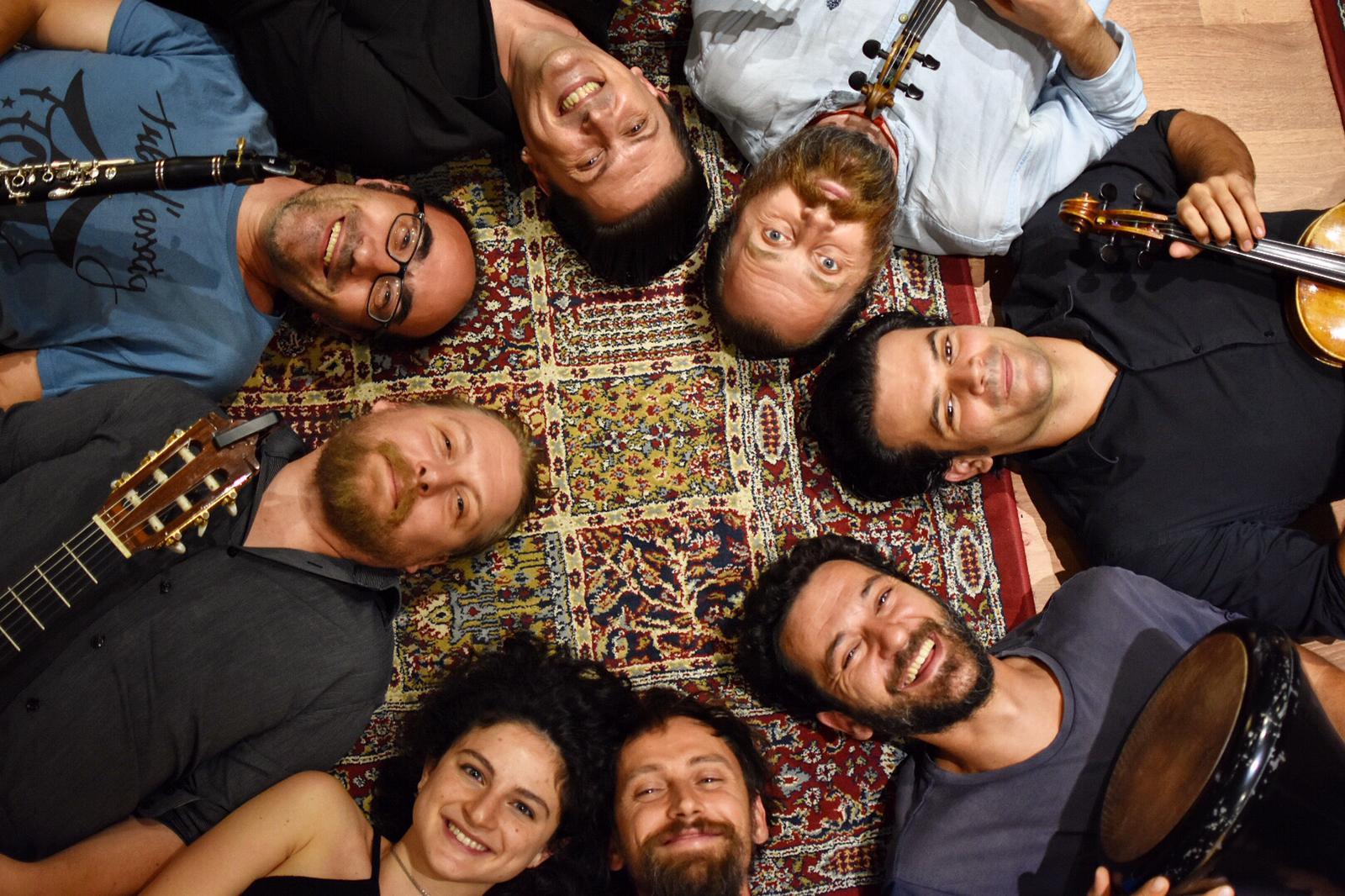 Inno all'Europa senza frontiere con la Barcellona Gipsy balKan Orchestra